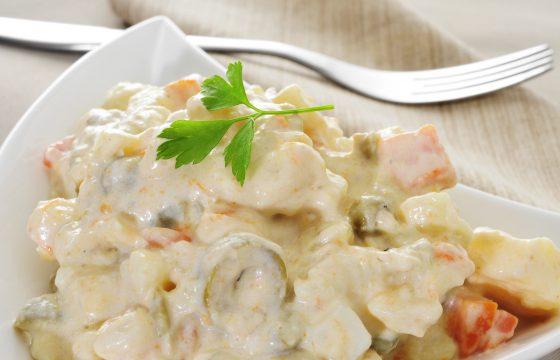 Russischer Salat auf kleinen Löffeln