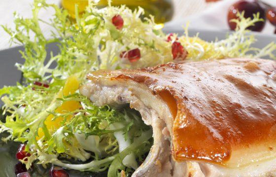 Gebratenes Spanferkel und Endiviensalat mit Granatapfel und Orangen